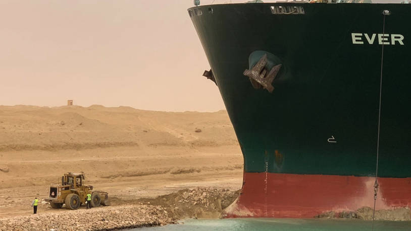 dpatopbilder - HANDOUT - Ein Bagger versucht, das vordere Ende des von Evergreen Marine betriebenen Containerschiffs Ever Given zu befreien. Foto: -/Suez Canal Authority via Egyptian Cabinet Facebook Page/dpa - ATTENTION: editorial use only and only if…